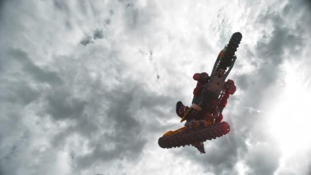 slo mo モトクロスライダー太陽の下でジャンプをしている - bmxに乗る点の映像素材/bロール