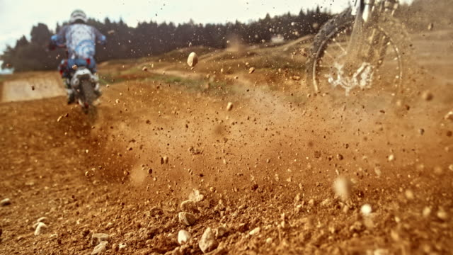 砂利に乗ってスピードランプモトクロスタイヤ - 田舎道点の映像素材/bロール