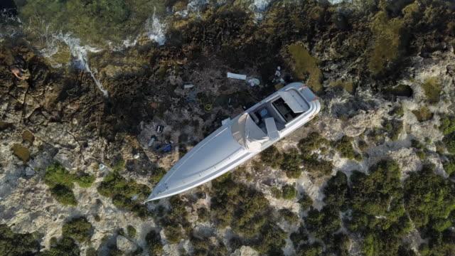 aerial, zo a motor boat aground on rocks - missöde bildbanksvideor och videomaterial från bakom kulisserna