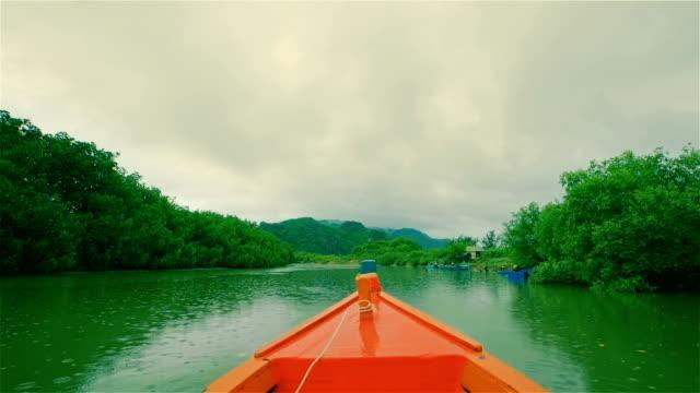 南タイのマングローブの木の森でのセーリング モーター ボート