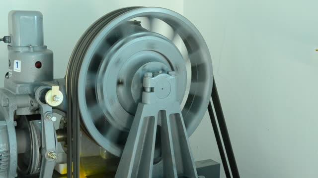 motor gefahren aufzüge im maschinenraum - motor stock-videos und b-roll-filmmaterial
