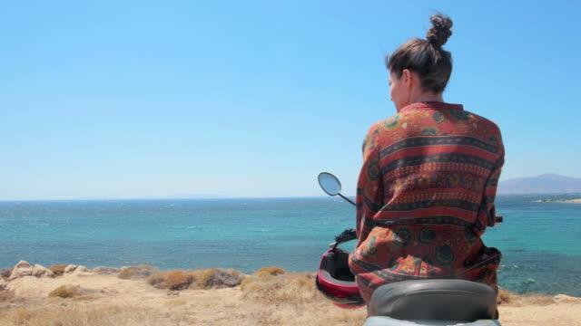 Motorroller-Fahrer bewundern die schöne Aussicht.