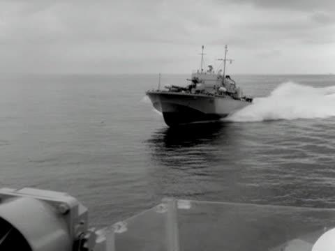 motor torpedo boat moves across the solent. - イギリス軍点の映像素材/bロール