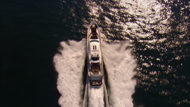 low aerial, motor yacht crossing ocean, near newport, rhode island, usa - barca a motore video stock e b–roll