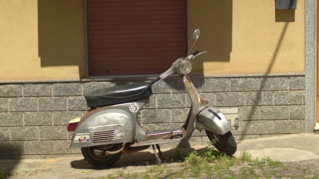 vidéos et rushes de motorbike scooter vespa in sicily italy. - vespa