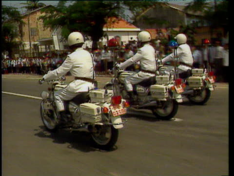 motorbikes lead motorcade for king sihanouk returning to cambodia after 13 years in exile phnom penh; 14 nov 91 - 追放点の映像素材/bロール