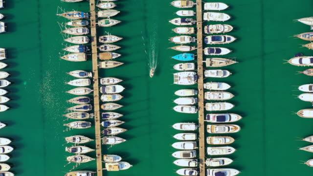 stockvideo's en b-roll-footage met luchtmotorboot die in de jachthaven vaart - cres kroatië