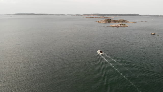 motorboat in the swedish archipelago - arcipelago video stock e b–roll