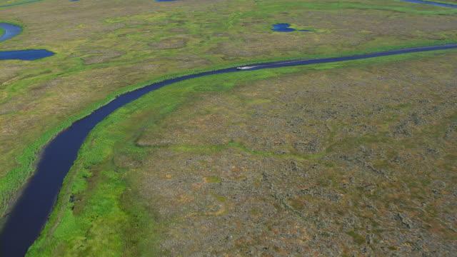 vidéos et rushes de motorboat on remote waterway - hémisphère nord