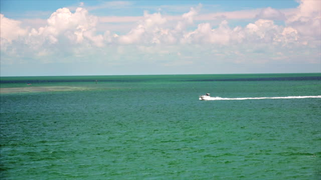 motorboat on the tropical ocean water of the florida keys - 小型船舶点の映像素材/bロール