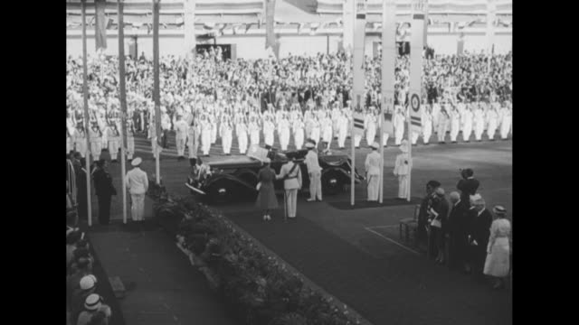 motorcade arrives in fremantle, australia / australian navy, in dress whites, stand at attention and the crowd watch / queen elizabeth ii and prince... - フリーマントル点の映像素材/bロール