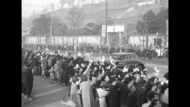 vídeos y material grabado en eventos de stock de motorcade bearing us gen douglas macarthur rides through street past crowds of cheering japanese civilians some of whom wave japanese or us flags /... - douglas macarthur