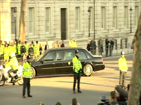 vídeos y material grabado en eventos de stock de motorcade carrying president barack obama and first lady michelle drives past whitehall and enters 10 downing street ahead of g20 summit april 2009 - estilo del 2000