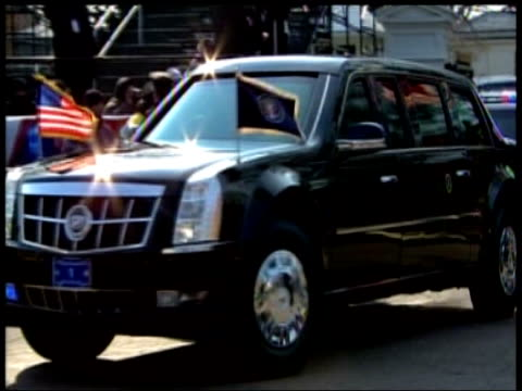 motorcade carrying president george w bush and presidentelect barack obama travels from white house to us capitol for obama's inauguration ceremony... - amtseinführung stock-videos und b-roll-filmmaterial