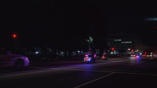 stockvideo's en b-roll-footage met ms motorcade driving down city street at night / washington, d.c., united states - breedbeeldformaat