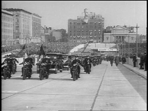 vidéos et rushes de b/w 1931 motorcade heading towards george washington bridge at dedication ceremony / nyc - 1931