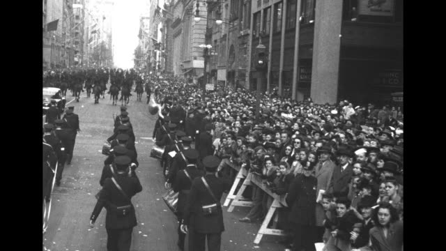 vídeos de stock, filmes e b-roll de motorcade with president harry s. truman standing in limo surrounded by walking secret service men as it moves past huge crowds on sidewalks, bits of... - moving past