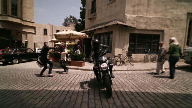 stockvideo's en b-roll-footage met motorcycle chase scene - machinegeweer