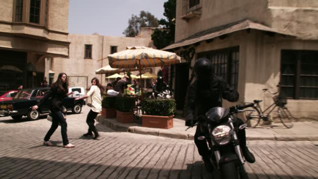 motorcycle chase scene - 銃撃事件点の映像素材/bロール