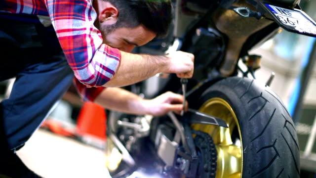 motore moto lavori di manutenzione. - motocicletta video stock e b–roll