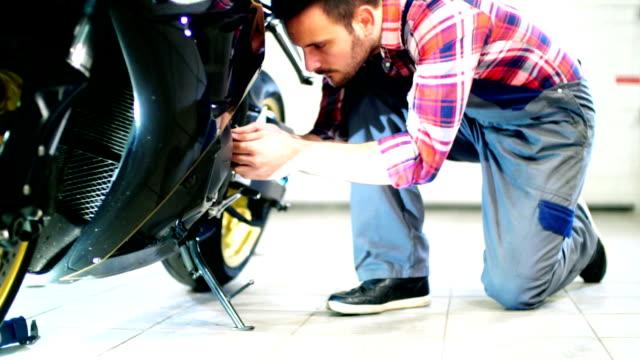 Motorrad-Motor Wartungsarbeiten geschlossen.