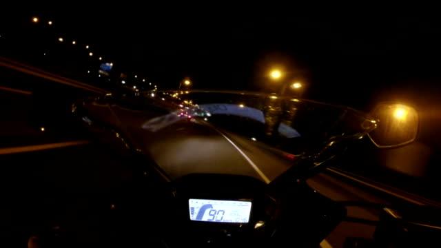 motorrad highway ride-up pov - fahrzeug fahren stock-videos und b-roll-filmmaterial