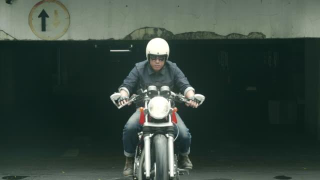 vidéos et rushes de moto dans parking - motard
