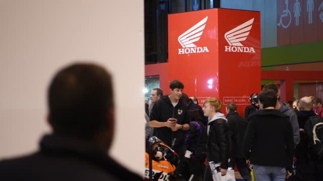 'motorcycle live' show on november 19 2016 in birmingham england the show features the latest bikes equipment and gadgets for motorcycle fans and... - ホンダ点の映像素材/bロール