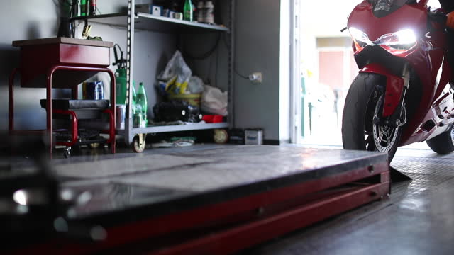 vídeos y material grabado en eventos de stock de mecánico de motocicletas en el trabajo - reparar