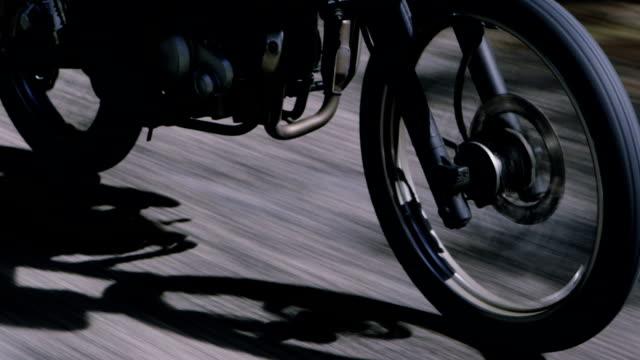 motorrad-entlang der straße asphalt bewegt. vorderrad hautnah - motorradfahrer stock-videos und b-roll-filmmaterial