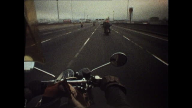 vídeos de stock e filmes b-roll de pov of motorcycle over oakland bridge - san francisco oakland bay bridge