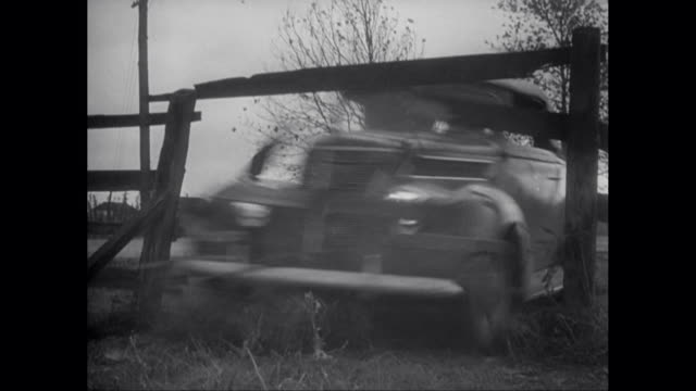 vídeos de stock e filmes b-roll de ms pan motorcycle police chase after speeding car, car crashes into fence / united states - vedação