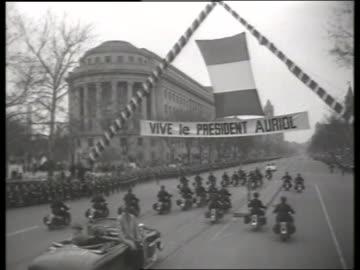 vidéos et rushes de motorcycle police escort and welcome banner / 1940's / no sound - voiture particulière