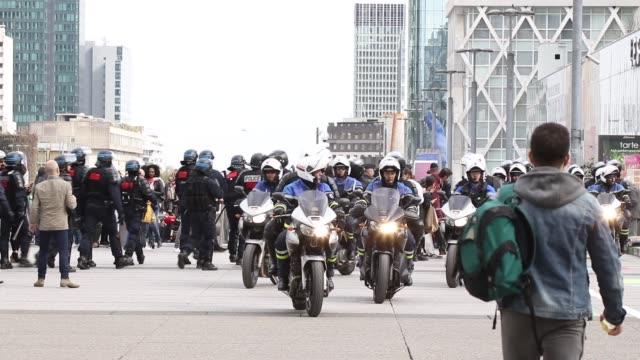 vídeos de stock e filmes b-roll de motorcycle police voltigeurs policier section moto csi75 police - maça