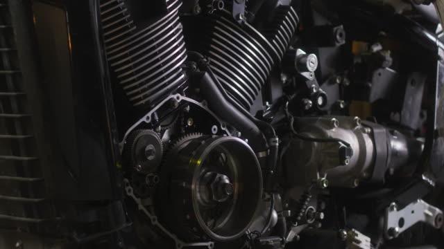 モーターサイクル修理工場 - エンジン点の映像素材/bロール