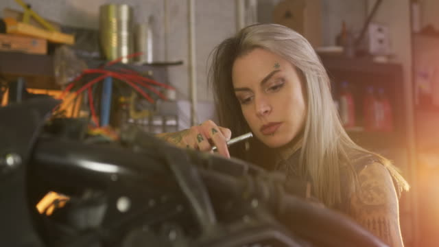 motorrad-reparaturwerkstatt - handwerker stock-videos und b-roll-filmmaterial