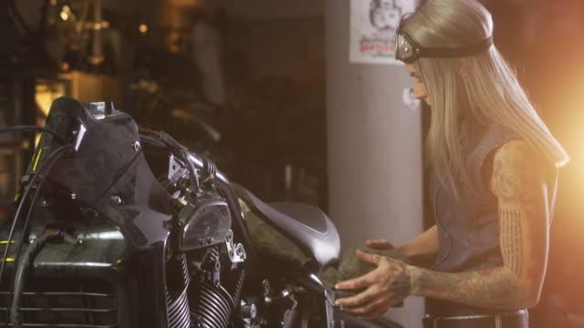 vídeos y material grabado en eventos de stock de motorcycle tienda de reparaciones - motociclista