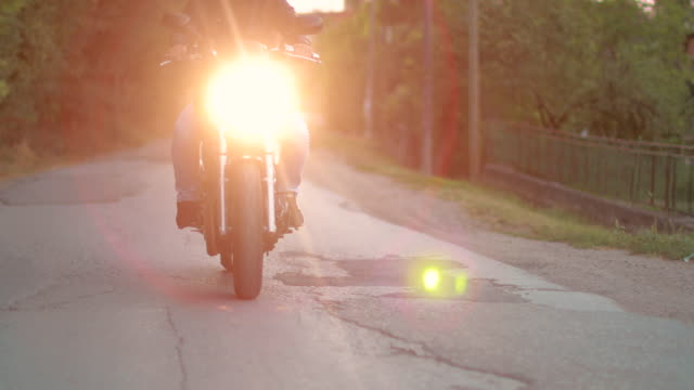 stockvideo's en b-roll-footage met motorfiets rit in de schemering - valhelm