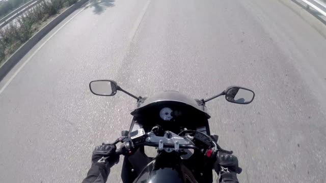 motorrad fahrt - biegung stock-videos und b-roll-filmmaterial