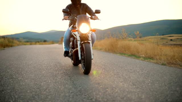 motorradreise - motorradfahrer stock-videos und b-roll-filmmaterial