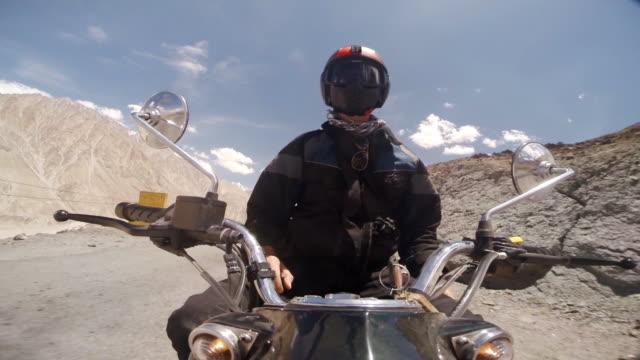 vídeos y material grabado en eventos de stock de motorcyclist at the controls, himalayas, india - manillar