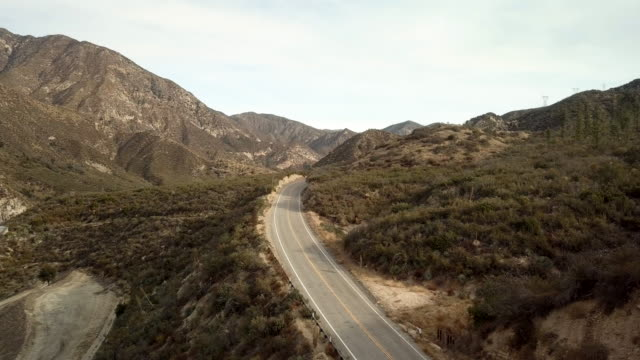 ロサンゼルス クレスト ハイウェイ ショット空中ドローン運転モーターサイク リスト - エンジェルス国有林点の映像素材/bロール