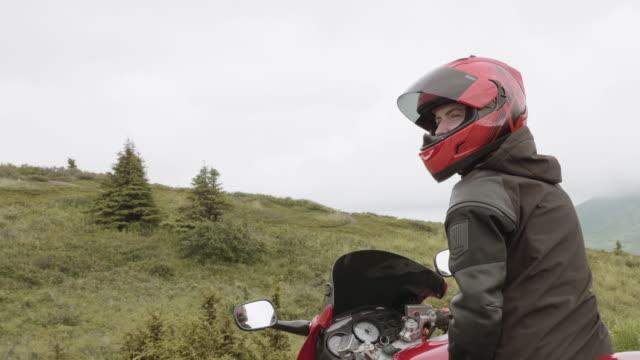 UHD 4K: ein Motorradfahrer, für eine Fahrt in das Land