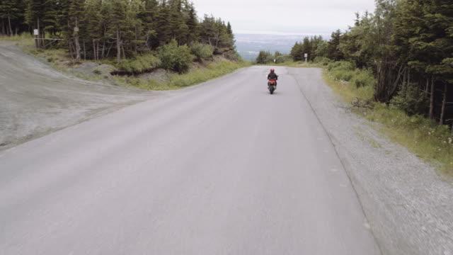 UHD 4K Antenne: ein Motorradfahrer, für eine Fahrt auf einer Landstraße