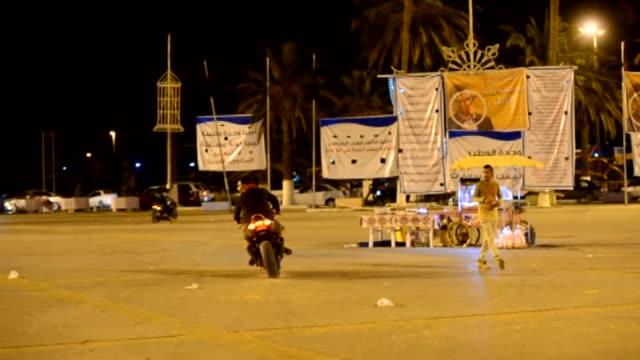 vidéos et rushes de motorcyclists perform acrobatics show to entertain people in martyrs' square in tripoli libya on 24 november 2014 - activité acrobatique