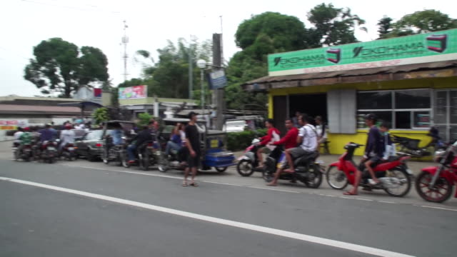 motorcyclists queue at petrol station in tagaytay philippines as they leave the area due to a feared imminent eruption of taal volcano - vulkanausbruch stock-videos und b-roll-filmmaterial