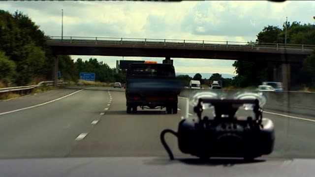 vidéos et rushes de motorists face on the spot fines for poor driving near manchester point of view from police car as driving behind lorry driving in the middle lane of... - car point of view