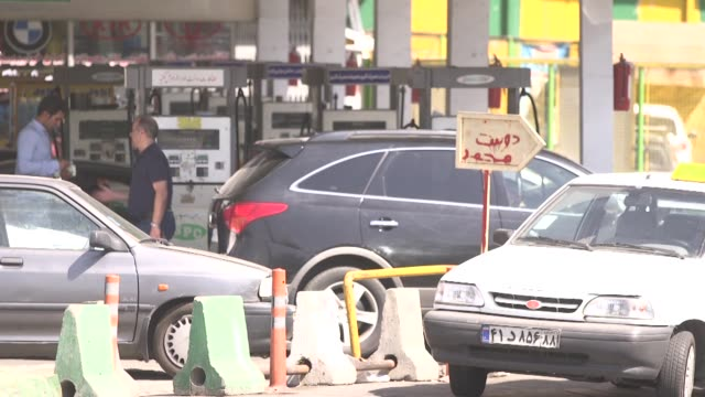 vidéos et rushes de motorists refuel their vehicles at a gas station in tehran, iran, on monday, aug 31, 2015 - essence