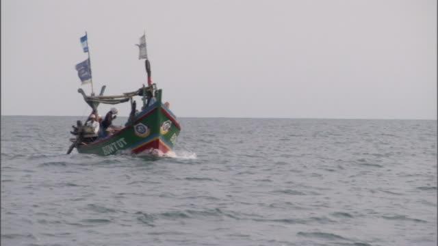 vídeos y material grabado en eventos de stock de a motorized boat decorated with flags cruises over a body of water. - pasear en coche sin destino