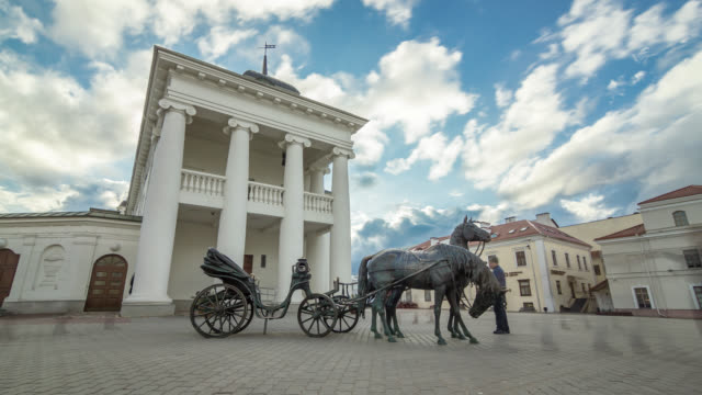 vídeos de stock, filmes e b-roll de motorized time lapse of the horse cart sculpture near city hall. minsk, belarus. - bielorrússia